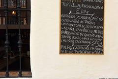 Barre des tapas en Séville, Espagne Photographie stock libre de droits