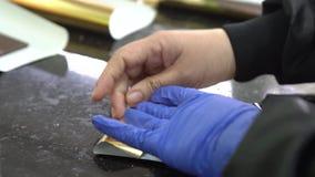 Barre di cioccolato d'imballaggio in involucri a mano in fabbrica stock footage