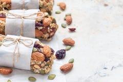 Barre di energia casalinghe del granola con i fichi, la farina d'avena, la mandorla, il mirtillo rosso asciutto ed i semi di zucc Immagine Stock