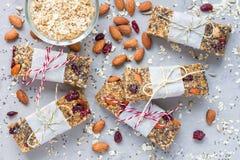 Barre di energia casalinghe del granola, spuntino sano, vista superiore fotografia stock libera da diritti