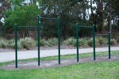Barre di esercizio in parco immagine stock