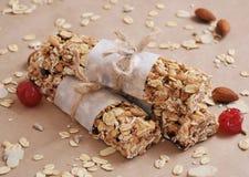 Barre di granola organiche con i frutti matti ed asciutti Fotografie Stock