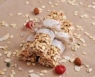 Barre di granola organiche con i frutti matti ed asciutti Immagine Stock
