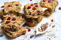 Barre di Granola, spuntino casalingo di Superfood, barre sane con il mirtillo rosso, seme di zucca, avena, Chia e seme di lino immagini stock