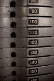 Barre di metalli pesanti impilate dei pesi Immagini Stock Libere da Diritti