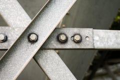 Barre di metallo di gray d'acciaio con i bulloni e le rondelle fotografia stock