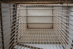 barre di metallo nelle scale della prigione, vista dal basso immagini stock libere da diritti