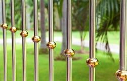 Barre di metallo su una priorità bassa verde Immagini Stock Libere da Diritti