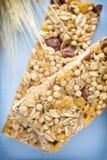 Barre di muesli, barre del cereale sui precedenti di legno Fotografie Stock Libere da Diritti