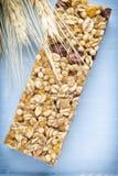 Barre di muesli, barre del cereale sui precedenti di legno Fotografia Stock