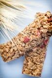 Barre di muesli, barre del cereale sui precedenti di legno Fotografia Stock Libera da Diritti