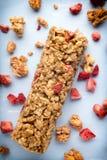 Barre di muesli, barre del cereale sui precedenti di legno Immagini Stock Libere da Diritti
