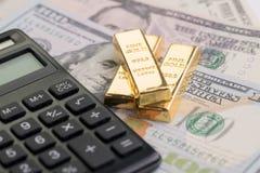 Barre di oro o lingotto del lingotto sul mucchio delle fatture di dollaro americano dei soldi con fotografie stock