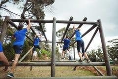Barre di scimmia rampicanti della gente adatta nel bootcamp Fotografia Stock