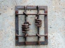 Barre e mani della prigione Immagine Stock