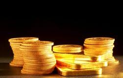 Barre e monete dorate Fotografie Stock Libere da Diritti