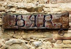 Barre el letrero en la pared de ladrillo de la pequeña ciudad en Italia Fotografía de archivo