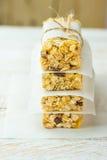 Barre empilée faite maison de céréale de muesli avec l'avoine, les écrous, les raisins secs, le miel et les pommes sèches Garni d photos libres de droits