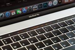 Barre en gros plan de contact sur le macbook pro 2016 Images stock