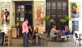 Barre espagnole de tapas avec les carreaux de céramique colorés sur des murs, clients appréciant le déjeuner Image libre de droits