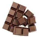 Barre et cubes de chocolat foncée d'isolement sur le backgroun blanc, vue supérieure Photos stock