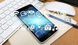 Barre et icônes modernes de Web au-dessus de téléphone portable Images libres de droits