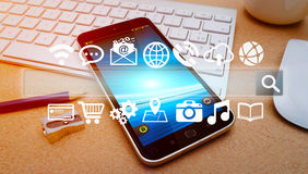 Barre et icônes modernes de Web au-dessus de téléphone portable Image libre de droits