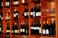 Barre et vins sur des étagères Images libres de droits