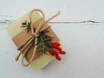 Barre faite main de savon de station thermale de bain sur le fond en bois de vintage Fabrication de savon Station thermale, soins Photo stock