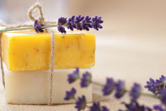 Barre Handmade del sapone con i fiori della lavanda Fotografia Stock Libera da Diritti