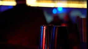 Barre las coctelera en la tabla en el fondo del hombre del baile, disfrute de la vida de noche, alcohol almacen de metraje de vídeo