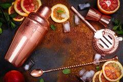 Barre los accesorios, las herramientas de la bebida y los ingredientes del cóctel en la tabla de piedra oxidada estilo plano de l foto de archivo libre de regalías