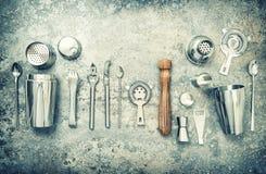 Barre los accesorios y los utensilios para hacer el vintage de la coctelera de cóctel Foto de archivo libre de regalías