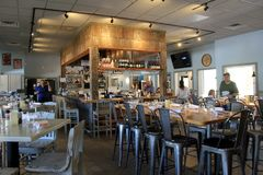 Barre magnifique et salle à manger avec des tables dans le restaurant d'aileron et de fourchette, plage orange, Alabama, 2018 Images libres de droits