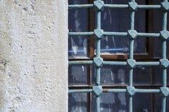 Barre molto vecchie su vecchio Windows fotografie stock