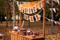Barre ou support de chocolat en parc vibrant d'automne Photos stock