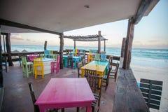 Barre-restaurant coloré lumineux sur le blanc arénacé photos libres de droits