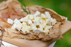 Barre salée et de fromage de plusieurs genres de fromage, raisins, olives Photo stock