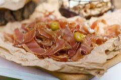 Barre salée et de fromage de plusieurs genres de fromage, raisins, olives Image libre de droits