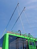 Barre verdi del filobus su cielo blu, trasporto, Fotografie Stock Libere da Diritti