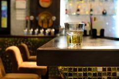 Barre vide avec un culbuteur de whiskey sur le compteur Photos libres de droits