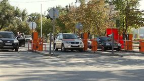 Barreira automática da segurança no estacionamento filme