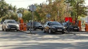 Barreira automática da segurança no estacionamento no aeroporto internacional Volgograd filme