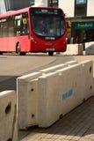 Barreira da estrada do terrorista e ônibus contrários Southampton Fotografia de Stock Royalty Free