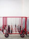 Barreira de aço vermelha e branca com roda Fotos de Stock