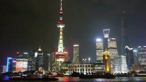 Barreira de Shanghai na noite, centro econômico de Lujiazui, transporte ocupado do Rio Huangpu filme