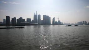 Barreira de Shanghai vista do navio da balsa, arranha-céus e marcos com o fundo do céu azul, navios de carga que navegam no Rio H vídeos de arquivo