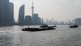 Barreira de Shanghai vista do navio da balsa, arranha-céus e marcos com o fundo do céu azul, navios de carga que navegam no Rio H video estoque