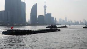 Barreira de Shanghai vista do navio da balsa, arranha-céus e marcos com o fundo do céu azul, navios de carga que navegam no Rio H filme