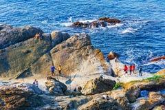 Barreira e vista para o mar da onda foto de stock